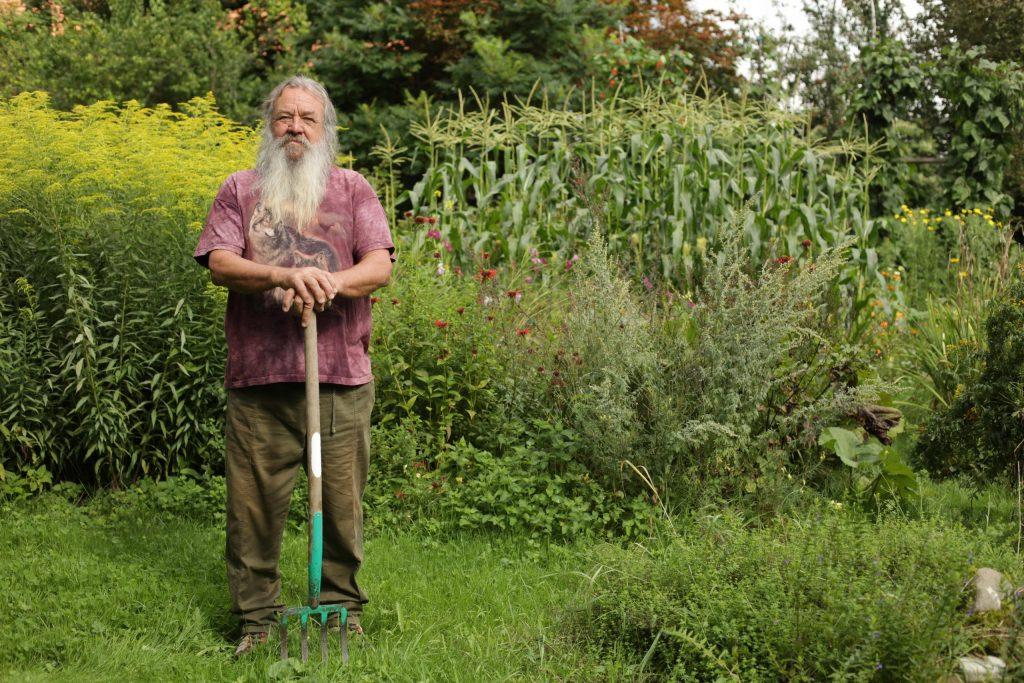 Wolf-Dieter Storl im Garten