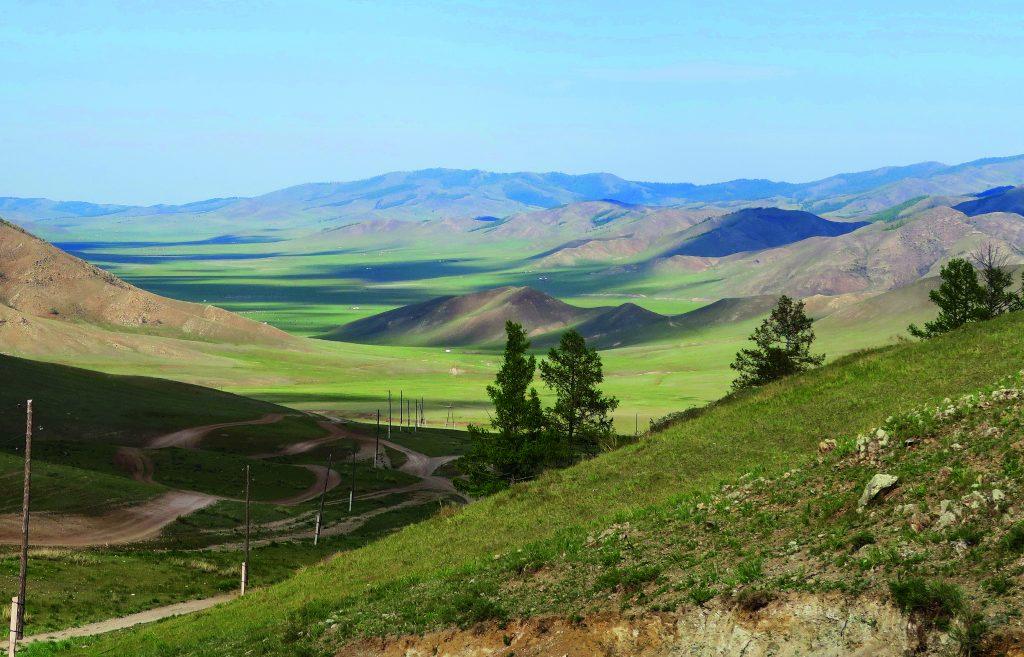 mongolische-landschaft-mit-strassenpisten