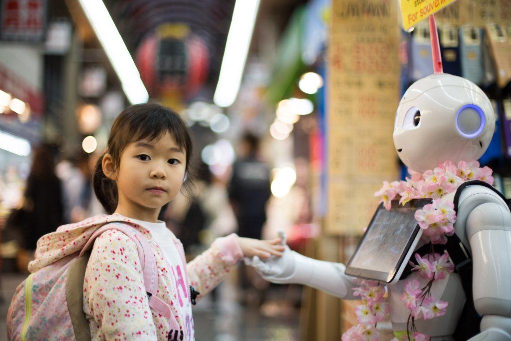 Roboter und Kind